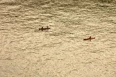 Gente anonima che rema una barca Fotografia Stock Libera da Diritti