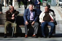 Gente anziana che si siede nella via Immagini Stock Libere da Diritti