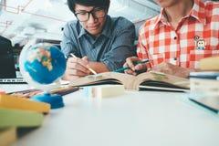 Gente, aprendizaje, educación y concepto de la escuela Foto de archivo libre de regalías