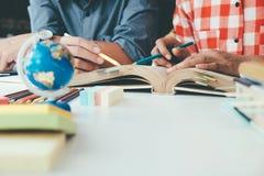 Gente, aprendizaje, educación y concepto de la escuela Imagen de archivo libre de regalías