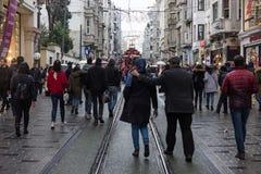Gente apretada en la calle de Istiklal en Estambul, Turquía 30 de diciembre de 2017 Imagen de archivo libre de regalías