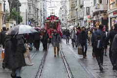 Gente apretada en la calle de Istiklal en Estambul, Turquía 30 de diciembre de 2017 Imágenes de archivo libres de regalías