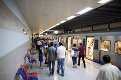 Gente apretada en la estación de metro Imagen de archivo libre de regalías