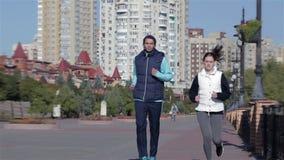 Gente apta del ejercicio de la aptitud, corredores sanos almacen de video