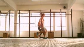 Gente apta que entrena en gimnasio del crossfit almacen de video