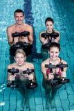 Gente apta que hace una clase de aeróbicos de la aguamarina Fotografía de archivo libre de regalías