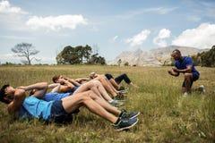 Gente apta que realiza ejercicio de los crujidos fotografía de archivo
