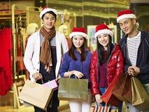 Gente asiática joven que hace compras para la Navidad fotografía de archivo