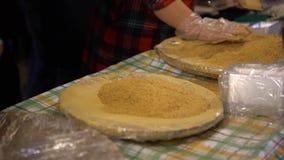 gente asiática 4K que cocina el mercado pegajoso hecho en casa popular de la noche de Mochi de la torta almacen de video