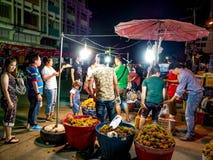 Gente asiática que compra y que vende en mercado de la fruta fresca imagen de archivo