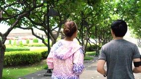 Gente asiática que corre en parque almacen de metraje de vídeo