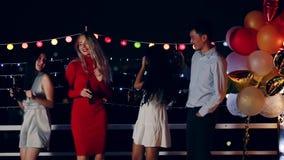 Gente asiática y caucásica en partido del top del tejado almacen de metraje de vídeo