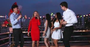 Gente asiática y caucásica en partido del top del tejado almacen de video