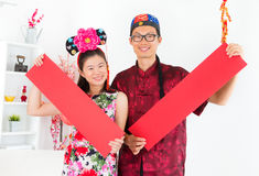 Gente asiatica che mostra i distici della primavera rossa fotografie stock libere da diritti