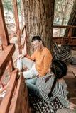 Gente asiatica contentissima positiva che ha resto insieme fotografia stock libera da diritti