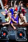 Gente asiática que va de fiesta en sala de baile en club nocturno Imagenes de archivo