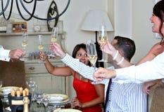 Gente astuto vestita ad un partito di pranzo con Champagne fotografie stock libere da diritti