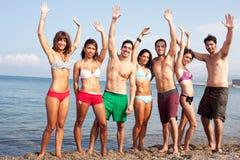 Gente atractiva en la playa imagen de archivo
