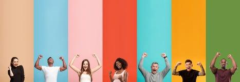 Gente atractiva joven que parece asombrada en fondo multicolor fotografía de archivo