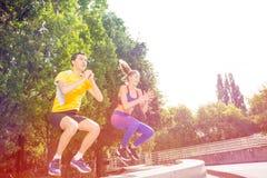 Gente attiva che fa esercizio di salto della scatola all'aperto Fotografia Stock