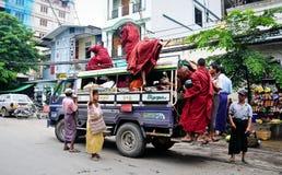 Gente birmana en el autobús urbano Imágenes de archivo libres de regalías