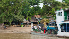 Gente birmana sul traghetto attraverso il fiume di Irrawaddy fotografie stock libere da diritti