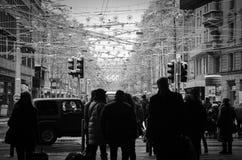 Gente blanco y negro en la calle fotografía de archivo libre de regalías