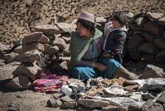 Gente boliviana non identificata che vende gli elementi del mestiere sulla strada a San Antonio de Li fotografia stock