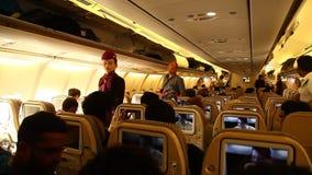 Gente a bordo en el aeroplano almacen de video
