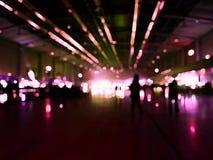 Gente borrosa abstracta en pasillo del evento de la exposición Fotografía de archivo libre de regalías