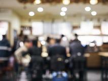 Gente borrosa en fondo del café de la barra del restaurante Imágenes de archivo libres de regalías