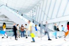 Gente borrosa movimiento en la alameda de compras Imagenes de archivo