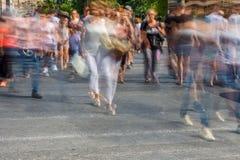 Gente borrosa que camina en la calle Imagenes de archivo