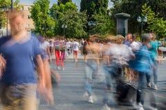 Gente borrosa que camina en la calle Foto de archivo libre de regalías