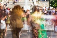 Gente borrosa que camina en la calle Fotos de archivo