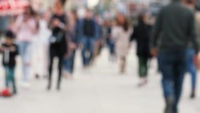 Gente borrosa que camina en la calle en fin de semana almacen de metraje de vídeo