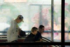 Gente borrosa que camina en la entrada del subterráneo imagenes de archivo