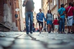 Gente borrosa que camina y que se coloca en la calle Fotografía de archivo