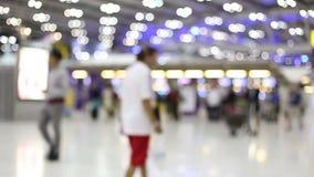Gente borrosa que se mueve en aeropuerto almacen de metraje de vídeo