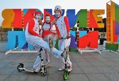 Gente brillante Funcionamiento de teatro de la calle en el parque de Gorki en Moscú Foto de archivo libre de regalías