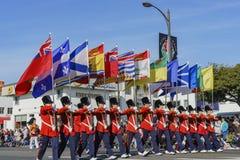 Gente británica del estilo con las banderas en Rose Parade famosa Imagen de archivo libre de regalías