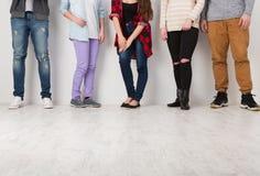 Gente casual diversa que se coloca en la fila interior, cosecha Foto de archivo libre de regalías