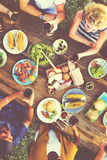 Gente casual que come junto al aire libre concepto Foto de archivo