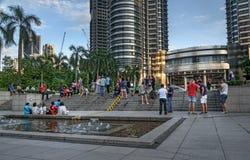 Gente cerca de las torres de Petronas Imagenes de archivo