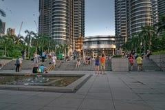 Gente cerca de las torres de Petronas Foto de archivo libre de regalías