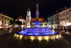 Gente cerca de Roland Fountain Bratislava en noche Fotografía de archivo libre de regalías