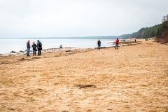Gente cerca del mar Báltico en Saulkrasti, Letonia Fotografía de archivo