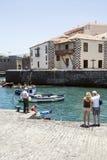 Gente cerca del puerto fotografía de archivo libre de regalías