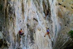 Gente clmbing una roca - Tailandia Imagen de archivo libre de regalías