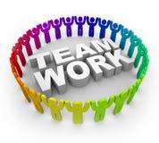 Gente colorida alrededor del trabajo en equipo de la palabra stock de ilustración
